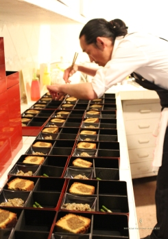 El Chef Japonés Shinichiro Sugama montando las tapas