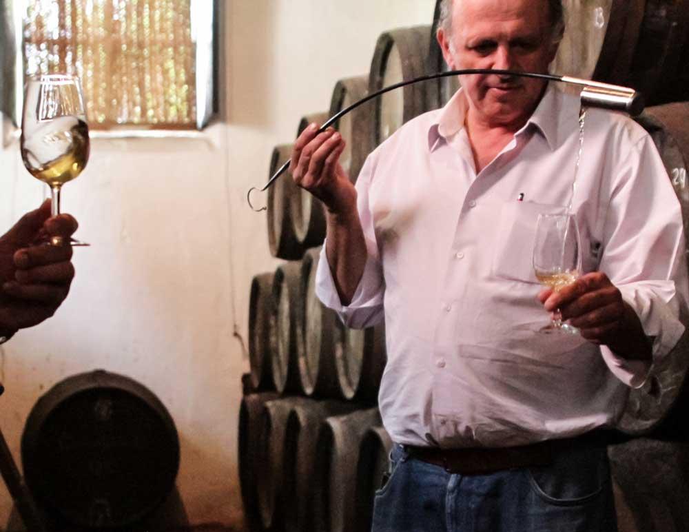 Jaime González veneciando Fino Cruz Vieja, durante